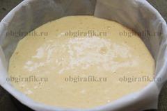 6. Достаточно жидкое тесто вливают в форму и ставят выпекать бисквит на 40-45 минут в раскаленную духовку, пекут при температуре 170 градусов.