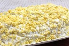 6. Крошкой из желтка посыпают всю поверхность.