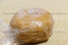 6. Замесив пластичное тесто, накрывают пленкой и убирают на 30 минут в холодильник.