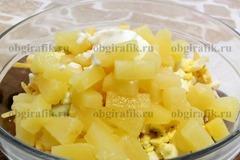 6. Потом – кусочки ананасов и майонез, специи по вкусу.