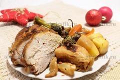 6. К новогоднему столу подают свинину, запеченную с овощами в рукаве, предварительно нарезав мясо не слишком тонкими ломтями.