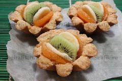 7. Выкладывают фруктовую нарезку, смазывают желатиновым составом.