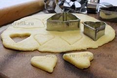7. Хранят песочное тесто до месяца и перед использованием размораживают. К новогоднему столу пекут, раскатав пласт толщиной 2-3 мм и вырезав фигурки, печенье, коржики.