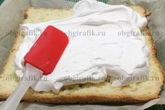 7. Бисквит остужают, разрезают на два коржа и смазывают кремом.