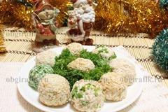 5. Готовый салат-закуску из сыра с кунжутом и маслинами до подачи к новогоднему столу держат в холодильнике.
