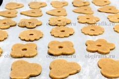 7. Раскатав охлажденное тесто в пласт толщиной 3-4 мм, вырезают фигурки, перекладывают на промасленную бумагу. Выпекают 10-12 минут при температуре 190 градусов.