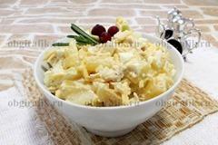 7. Тщательно перемешав, салат куриный с ананасами выкладывают в салатник, украшают и подают к новогоднему столу.