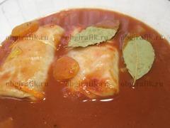 8. Заготовки складывают плотными рядами в огнеупорную форму, заливают соусом, бросают курагу и ставят в духовку на 50-60 минут. Тушат при температуре 170-180 градусов. Для соуса смешивают томатную пасту и 250-300 мл кипятка, добавляют лавровый лист, соль, перец по вкусу.