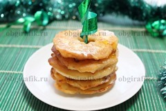 8. Слегка остудив, новогодние яблоки, жареные в тесте, присыпают сахарной пудрой и подают!