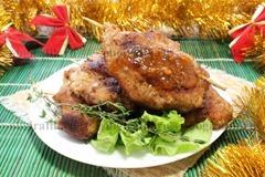 6. Подают шницель с грибами к новогоднему столу вместе с соусом типа ткемали или другим любимым.