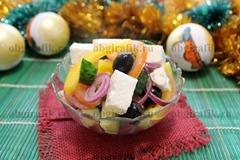 6. Бросив маслины, кубики сыра и заправив маслом, лимонным соком, солью, молотым перцем, салат «Греческий» с брынзой подают к новогоднему столу.