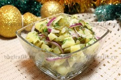 6. Заправляют растительным маслом, солят, перчат по вкусу и перемешивают. Подают салат картофельный с маринованными огурцами и укропом к новогоднему столу, позволив ему пропитаться около получаса.