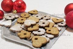 8. При желании имбирное печенье (английская Рождественская классика) посыпают пудрой и подают к новогоднему столу.