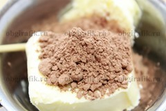 9. Для глазури растапливают сливочное масло, всыпают пару ложек сахара или пудры и какао-порошок – перемешивают.