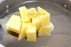 6. В бульон бросают кубиками нарезанный картофель.