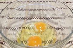 2. Яйца растирают с солью и медом.
