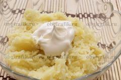 2. Картофель натирают или нарезают мелкими кубиками, укладываем на дно емкости, смазываем майонезом.