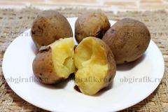2. Картофель отварить «в мундире», очистить.