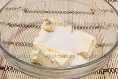 2. Масло растирают с сахаром.
