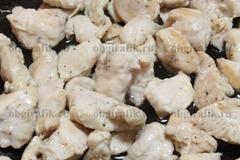 3. Мясо обжаривают в 1-2 ст. л. оливкового масла до готовности.