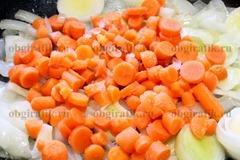 3. Бросают морковь, продолжая обжаривание.