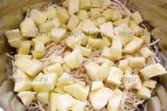 3. Яблоко очищают, нарезают крупными кубиками.