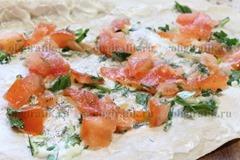 3. Разбросать нарезанные томаты, сдобрить молотым перцем.