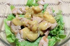4. Листья салата рвут руками, сверху выкладывают обжаренное мясо курицы. Поливают заправкой из смешанных горчицы, специй, лимонного сока, 3-4 ст. л. оливкового масла и проваренного 1 минуту в кипятке желтка.