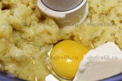 4. Затем перемешать с яйцом и сливочным маслом.