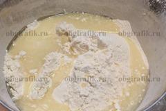 4. Водно-масляный состав вливают в муку.
