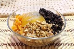 4. В одной емкости соединяют измельченные орехи, сухофрукты, стряхнув жидкость, растертый мак и мед – перемешивают.