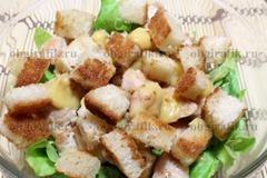 5. Добавляют крутоны – обжаренные на растительном масле с добавлением чеснока хлебных кубиков.