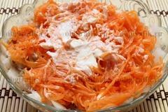 5. Распределяют морковную стружку, снова майонез.