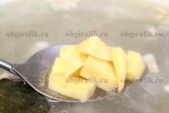 5. К практически готовой телятине бросают картофель.
