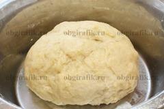 5. Замешивают очень мягкое и пластичное тесто.