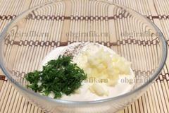 5. Для соуса смешивают измельченные чеснок, зелень, специи и майонез.