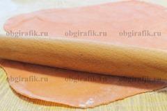 5. Добавляя сливки и молотую паприку вымесить до однородности, раскатать тесто в пласт толщиной около 1 мм.