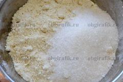 5. Всыпают остатки сахарного песка – перемешивают.