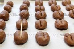 7. Из шоколадного теста формируют овальные заготовки размером, например, с орех. Выкладывают на противень с бумагой и ножом или деревянной шпажкой продавливают по центру печенья линию - колию. Выпекают при температуре 180 градусов около 15 минут.