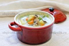 6. Выключив огонь, бросают зелень, чеснок и разливают по тарелкам. Сырный суп с грибами готов!
