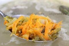 7. За 5-7 минут до окончания готовки закладывают овощную заправку, солят, перчат по вкусу.