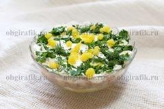 6. Покрывают измельченным белком, майонезом, затем крошкой из желтка и зеленью – салат «Мимоза» ставят в холодильник на 30-40 минут.