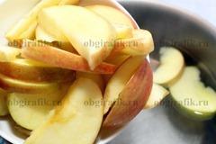 2. В закипевшую воду бросить нарезанные дольками и очищенные от семян яблоки.