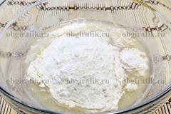 2. В теплой воде растворить дрожжи, бросить щепотку соли, влить ложку масла и частями всыпать муку – замесить мягкое тесто.