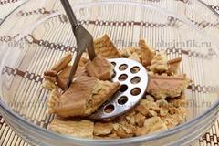 2. Печенье растолочь.