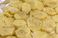 3. Картофель нарезать кольцами, выложить на противень с фольгой, посолить и поперчить.
