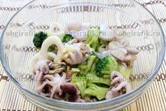 5. В объемной посуде смешивают капусту, морепродукты, кольца шалота, заправляют соусом.