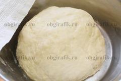 5. Замесить мягкое тесто, накрыть полотенцем – поставить на 30 минут в тепло.