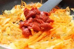 5. Через 1-2 минуты добавит томатную пасту – перемешать, продолжить тушить.