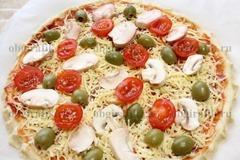 4. Затем оливки и черри. Запекать 20-25 минут при температуре 180 градусов.
